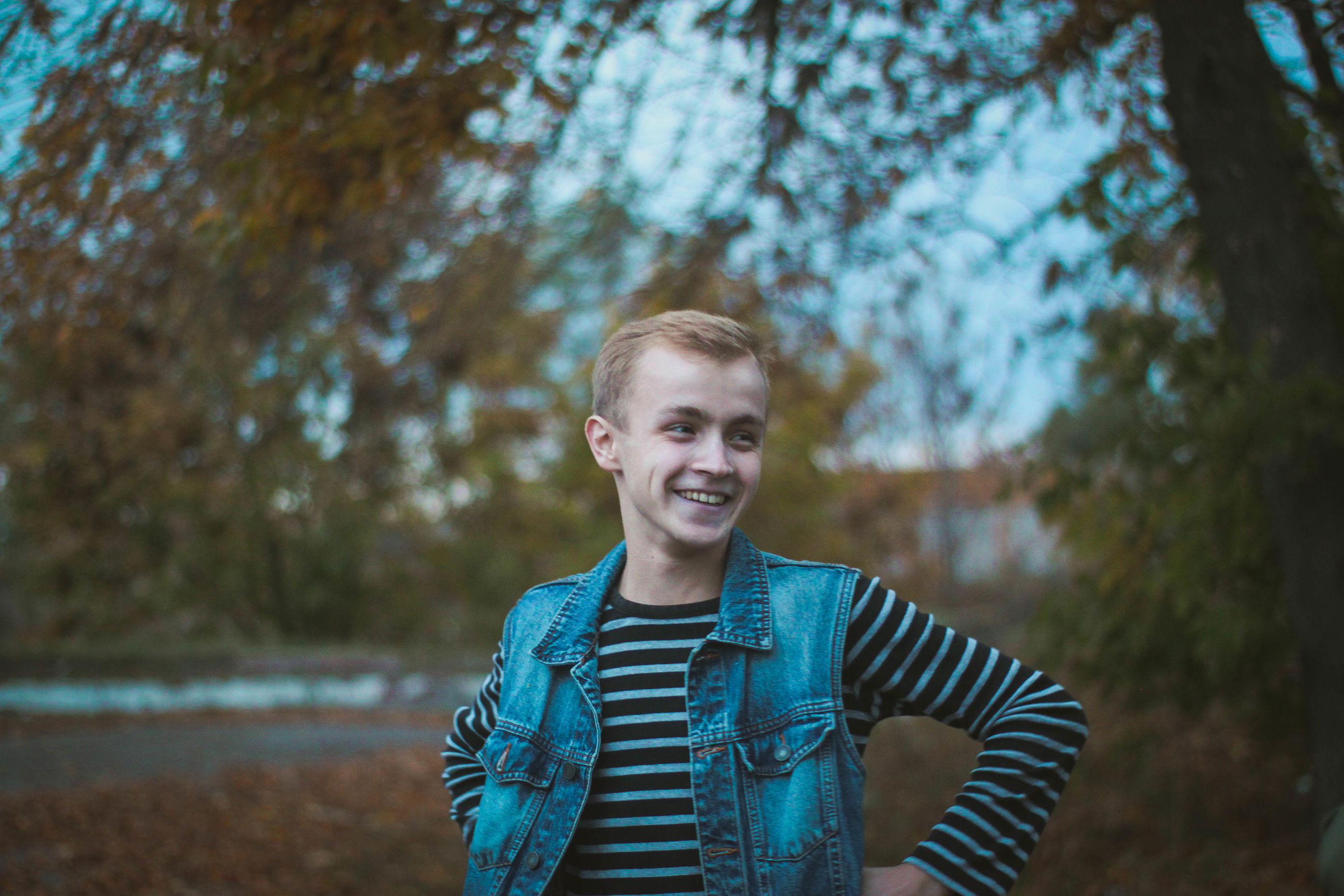 young adult, portrait, one young man only, smiling, one person, only men, blond hair, front view, fun, looking at camera, happiness, beautiful people, one man only, people, cheerful, tree, outdoors, nature, adults only, adult, real people, sky, day, sports training