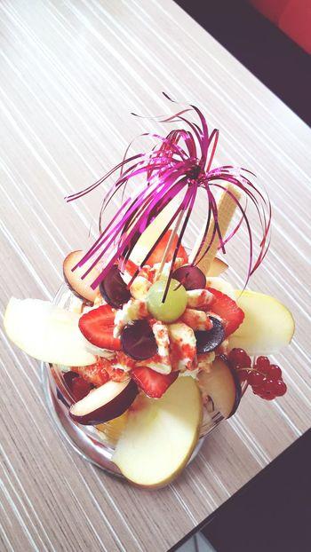 Eis Eisbecher Früchte Sommer Geniesen Sahne Sosse Erdbeeren Apfel Lecker Frisch Prima Wunderschön Gourmet Bella