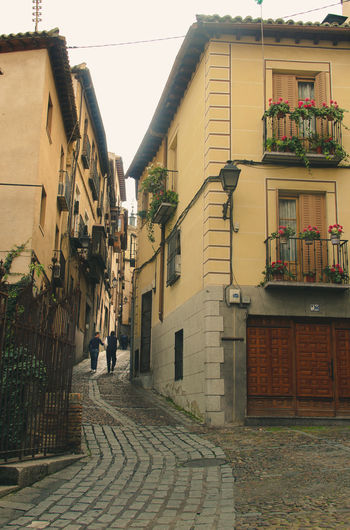 Romantic alley with cute houses in the historical old town of Toledo. Cute Houses Old Town SPAIN Spanish History Spanish Town Toledo Spain Yellow House  Alley Alleyway Architecture Balcony Building Exterior Built Structure Cute Alley Historical City Historical Place Narrow Alley Residential Building Romantic Alley Spanish Culture Spanish House Toledo Toledo Old Town Travel Spain Travelling Photography