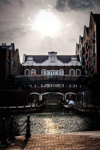 泰晤士小镇的阳光和水面