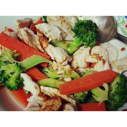 โปรตีนยามค่ำคืน อกไก่ต้ม แครอทลวก บรอกโคลีลวก น้ำจิ้มเต้าเจี๊ยวข้าวมันไก่ จานเล็กมาก
