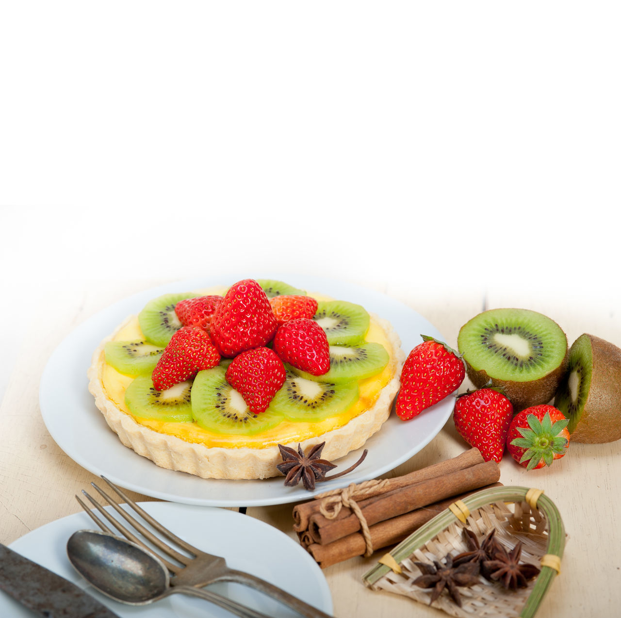 strawberry, fruit, food and drink, freshness, food, sweet food, dessert, kiwi, kiwi - fruit, white background, indulgence, copy space, studio shot, temptation, star anise, plate, ready-to-eat, unhealthy eating, no people, tart - dessert, close-up, indoors