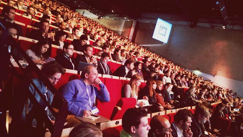 Salle pleine pour écouter les speechs sur scène sur LeWeb