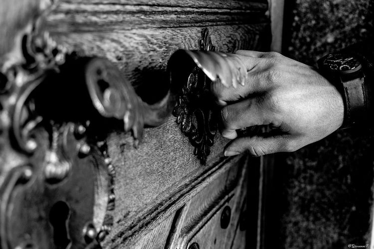 Long Goodbye Human Hand Close-up One Person Real People Holding Leisure Activity Day Human Body Part Outdoors Adults Only Adult People Blackandwhitephotography Beautiful Photooftheday Photographic Memory Photography Black And White Black White Salve sto andando via....