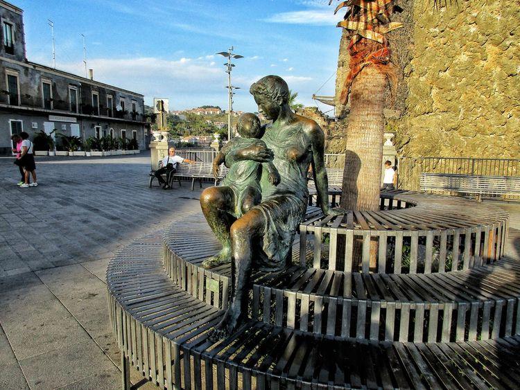 Madre e figlio ... Aci Castello . Sicily Acicastello Sicily Bronze Sculpture Bronze Italy Mother&son Piazza Travels Sea Sky Sky Day Outdoors Sculpture