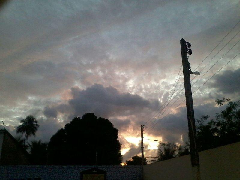 4h40 - Perfeição o amanhecer visto desse lugar. Paripueira<3 Eyemphotos Amanhecer Sol CeuPerfeito Nuvens Praia ♡