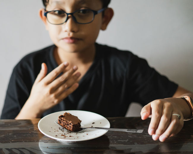 Portrait of man eating cake