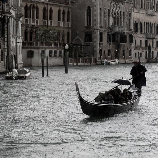 gondola in the rain Canal Grande Gondola - Traditional Boat Green Color Rain Regen Schirn Umbrella Venedig Venezia Venice