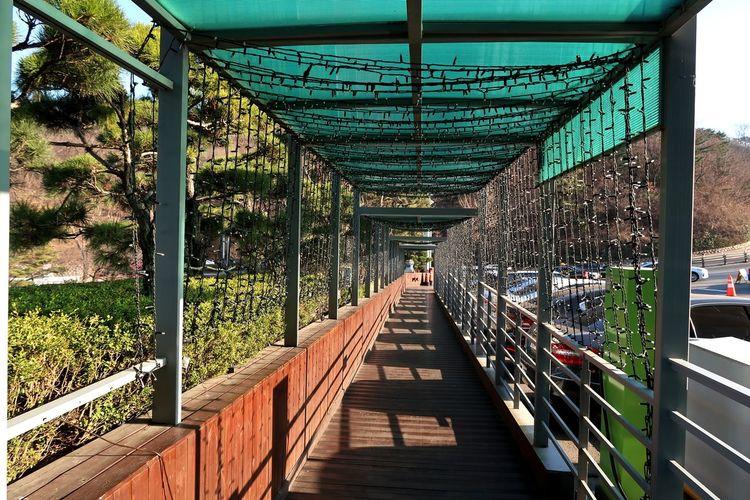 Elevated walkway along footbridge