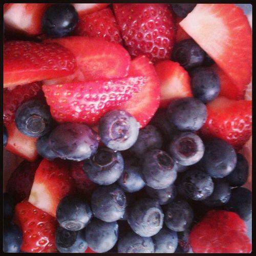 blueberries, strawberries e raspberries! tudo meu! Muahahah! Blueberries Strawberries Blueberry Strawberry Raspberry Raspberries Fruit Fruta Frutosvermelhos Morango Morangos Mirtilo Mirtilos Framboesa Framboesas Fruta Fresco Fresh Red Pink