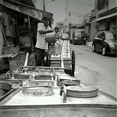 Tarib. Jualan air bersih ke warung2 di sekitar Ketapang, Jakbar. Satu kaleng rp 1000 sd 1500. Jakarta Sesuatu Bw