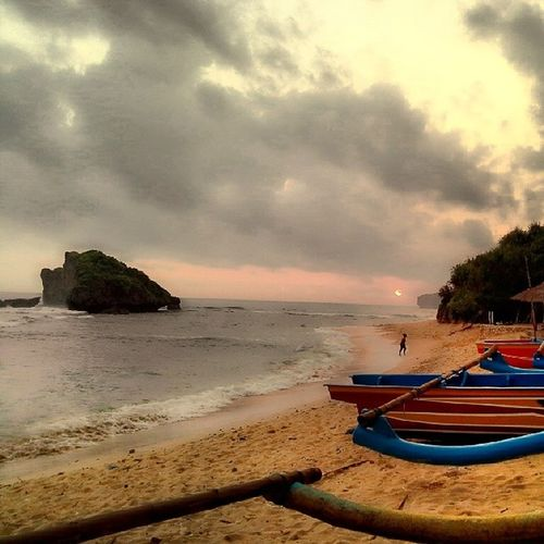 Helloooo again beaches amd you too sunset!!! Beachsundak Gunungkidul Sunset EveninginIndonesia Beach
