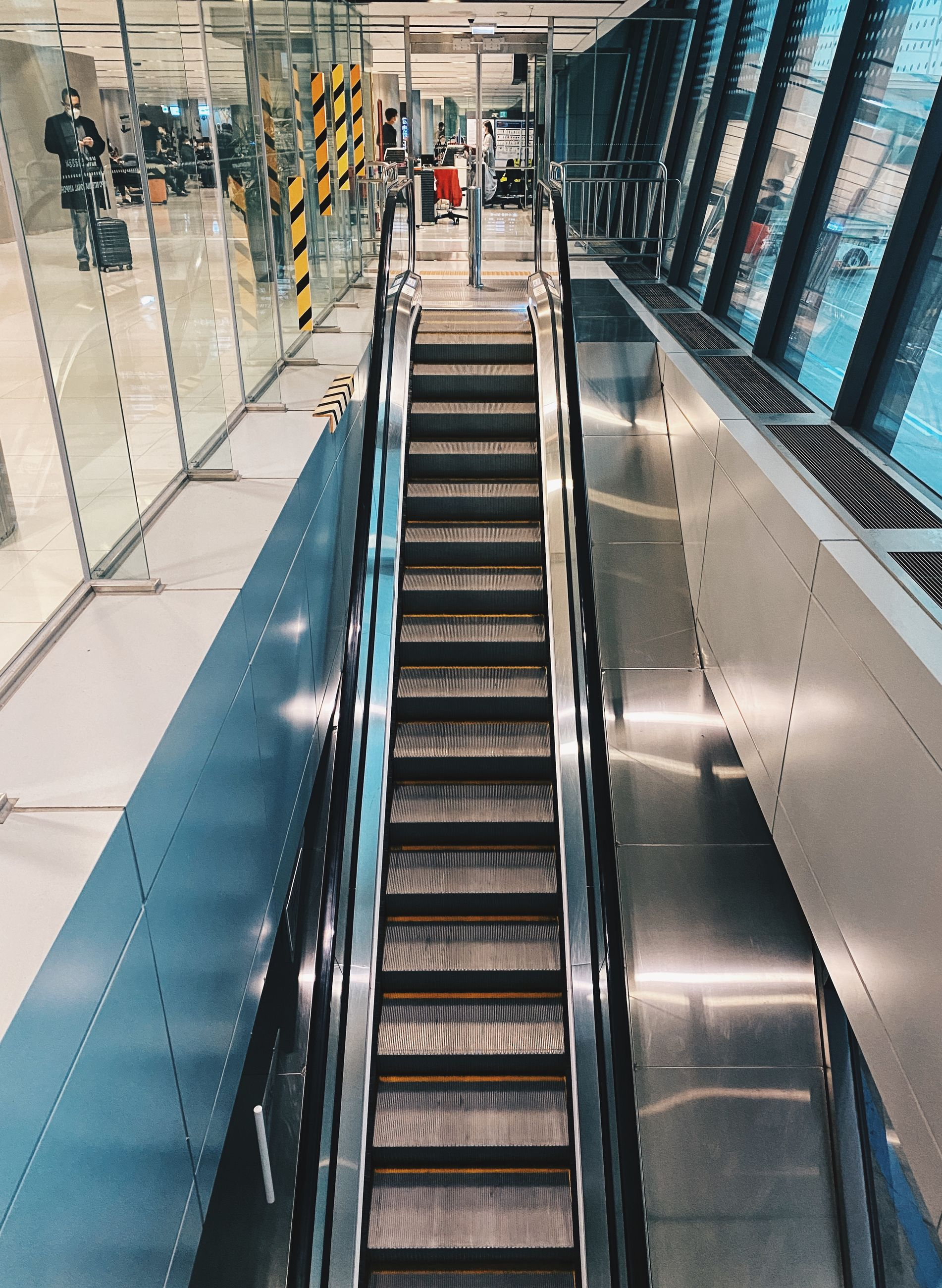 escalator, architecture, convenience, indoors, transportation, transport, technology, staircase, futuristic, built structure, railing, group of people, travel, public transport, adult, steps and staircases, moving walkway, men, the way forward, building, high angle view, shopping mall, motion, women, city, on the move, subway station, business, mode of transportation, airport, lifestyles, walking, city life