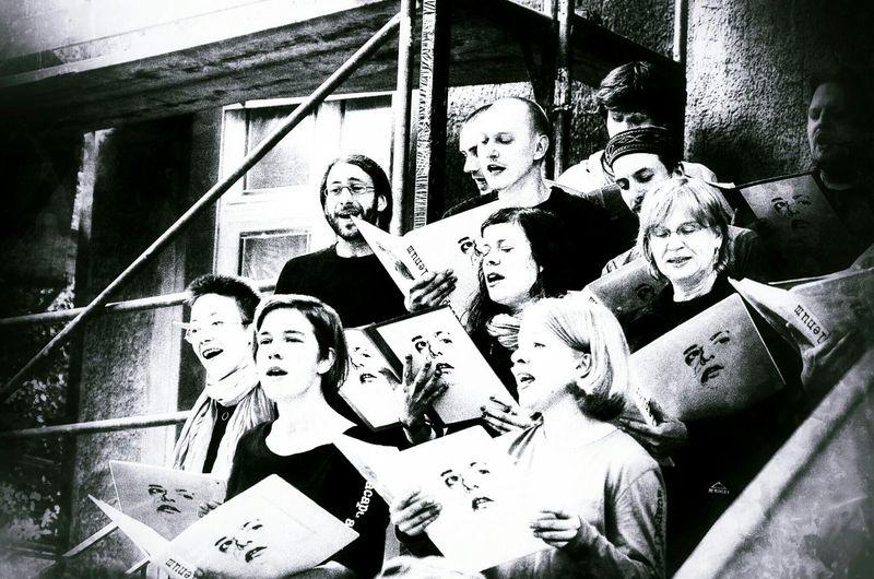 Chorus Street Performance Blackandwhite Gedenktafel Für Rio Reiser