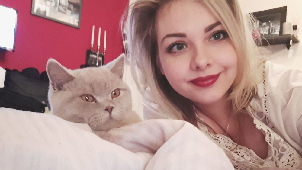 Saturday evening. Chilling 🤓🐱💜 Pets Looking At Camera Smiling Happiness Eyemphotos Weekendvibes Quality Time Blonde Girl Selfie ThatsMe Red Lips Makeup Eye4photography  Taking Photos Weekend Hello World Think Positive Blonde Hair Cat Photography British Shorthair BKH Kater Love Pets Of Eyeem