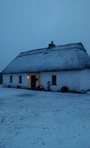 Irish Thatch cottage with snow ? Thatchedroof Thatched Thatched Cottage Snow ❄ Snowwhite SNOW!!!! Cottage Ireland🍀 Limerick