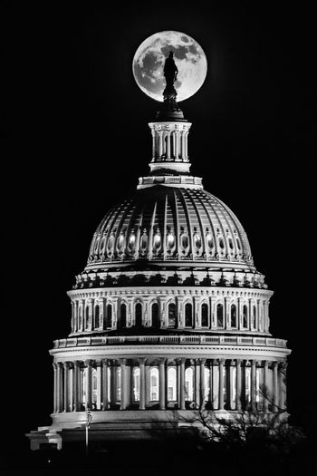 The Suppermoon rising in front of Freedom Architecture Dome Night Built Structure Illuminated Building Exterior Low Angle View Travel Destinations Government No People Clear Sky Sky Outdoors Supermoon2017 Fullmoon Uscapitol