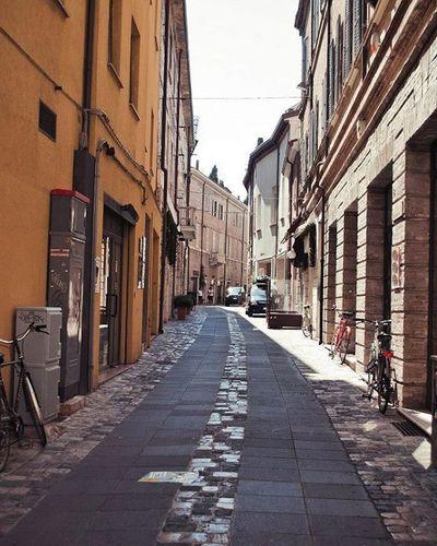 Улицы, наполненные жарким солнечным светом. Римини.Италия.