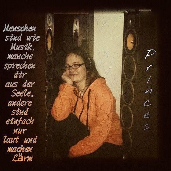 Musik ist mein Leben... Denn der Songtext spricht mir aus dem Herz und der Bass massiert meine Seele ... Fotomodell Jani