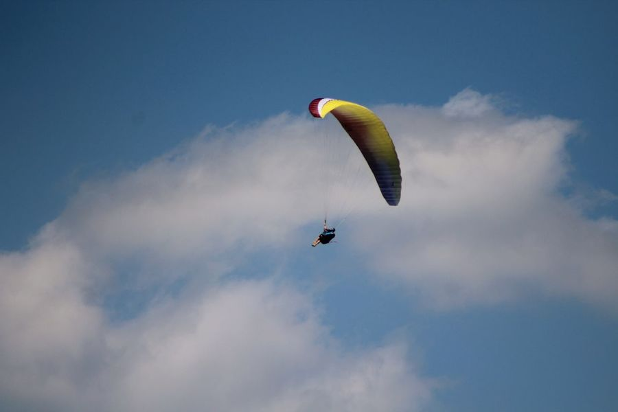 Flying Mid-air Extreme Sports Gliding Paragliding Multi Colored Air Vehicle Sky Stunt Person Sports Activity Piloting Motion Expertise Danger Wind Outdoor Pursuit Headwear Sports Helmet Full Length Aerobatics Sommergefühle Breathing Space Go Higher