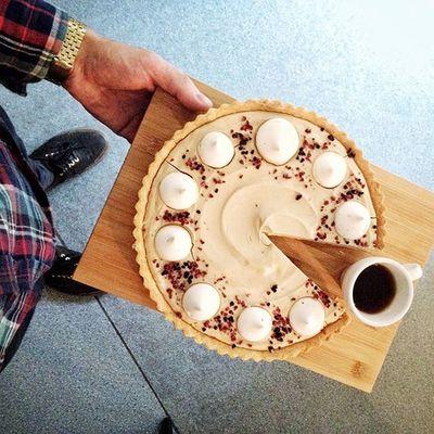 W Kawie Rzeszowskiej jest dziś kolejny czarny piątek, bo mamy dla Was kawową niespodziankę - tartę zrobioną z dwóch musów kawowych z uroczymi bezikami, maliną i jeżynami oraz jak zawsze świeżo paloną kawą Rzeszów Coffee Coffeetime Barista Aeropress Mobilnakawiarnia Kawa Instamood Instagood Instacoffee Igersrzeszow Kawarzeszowska Coffebreak Coffeetogo Coffeelove Love Photooftheday Happy Bestoftheday Instamood Herbata Kawasamasięniezrobi Kawarzeszowska Kawiarnia Chemex syphon rzeszów tarta tartakawowa czarnypiatek