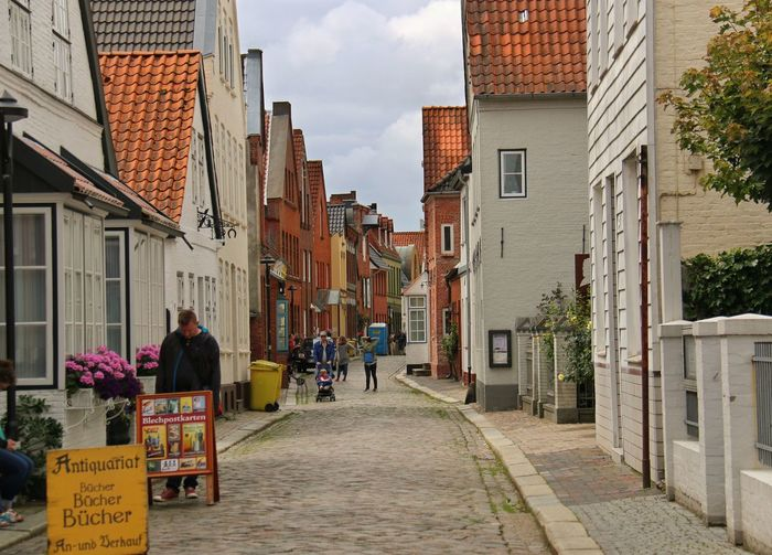 Side Streits In Husum Old Buildings Cobblestone Streets Shopping Street Hanging Out Enjoying Life Taking Photos Old Town Seitenstraße Von Husum Alte Häuser Kleine Geschäfte City Life
