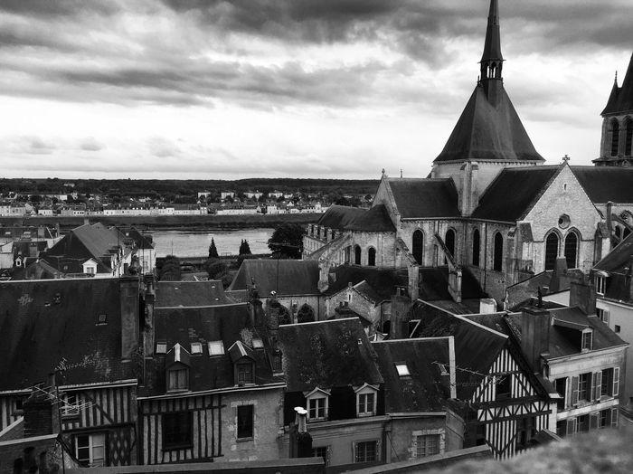 De prêt comme de loin ⚜️ Château Royale Blois Castel Architecture Built Structure Religion Building Exterior Blackandwhite Visiting Outdoors Spirituality MomentsToRemember Church Architecture Go Higher