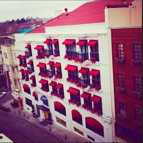 Bu sokağı seviyorum :) Cagaloglu Sokak Sokakfotografi Sokak Pembe Cicekler Istanbullovers Istanbuldayasam Timaşyayıngrubu Işyerindenselamlar😺😁