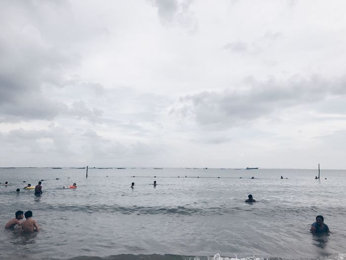Water Real People Sea Leisure Activity Beach Sky Enjoyment Large Group Of People Cloud - Sky Horizon Over Water Vacations Lifestyles Nature Scenics Weekend Activities Day Sport Men Beauty In Nature Outdoors