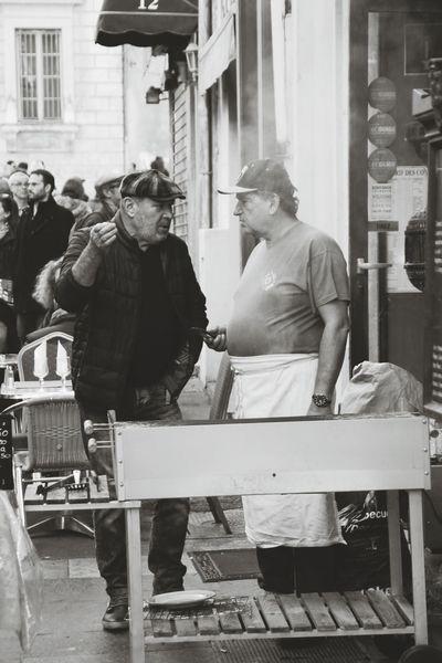 Adult City Outdoors People Barbecue Streetphotography Eyeemphotography Marseillerebelle Urban Exploration Marseilleinsolite Marseillecartepostale📮 Urbanphotography Adapted To The City Streetphoto_bw Streetphotography_bw Street Food Ruepietonne Pique Nique Noir Et Blanc Monochrome _ Collection Canon Photography Canon Copains 👍 Convivialité Humans