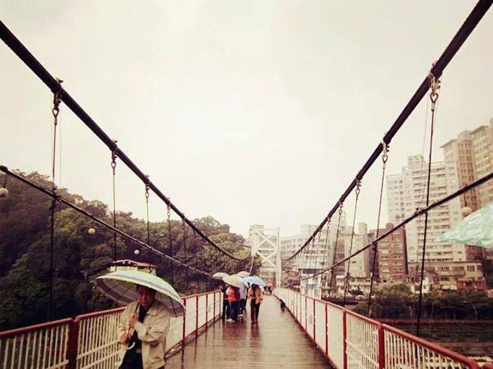 Xiaobitan 以前偶爾喜歡下雨天出發,坐在列車上,把臉埋進窗外的風景裡,看著像似疾駛而過的人生。每每走在長長沒有盡頭的夢想裡,都想讓自己趕快長大,趕快到未來,看看現在的自己,為了將來到底做了些什麼。雖然直到現在,始終沒有到達那個長大就懂的世界;雖然眼淚偶爾會有那麼一點不爭氣,但我知道每趟旅程都是為了成就更好的自己,更好的我們。83days 정말 보고 싶어요 Kuan。