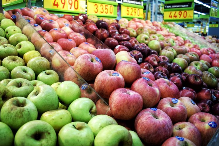Vibrant colors. Fruit Apple Apple - Fruit Apple Blossom Supermarket Grocery Shopping Fresh On Eyeem  Freshness Fotografiindonesia Photography Indophotography Photographer Malang Fotografi Fotografer Tumblr Shop EyeEm Gallery EyeEm Best Shots EyeEmBestPics Colorful Celebration EyeEm Selects Fruit Market Healthy Eating Food And Drink Freshness Food Abundance Market Stall Vegetable For Sale Variation Multi Colored