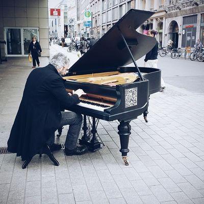 Strangers Fluegeltogo Classicmusic Live entertain freitagabend fussgaengerzone thisisleipzig