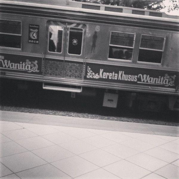Hanya khusus wanita harus nunggu lagi huftness Train Jakarta Commuter Jakarta