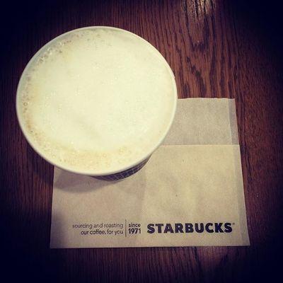 2015.09.28 お月様がとーっても綺麗なのでふが iPhone君の限界で良いおさしんが 撮れません( ´д`ll) . ってことで… スタバ様のチャイラテをお月様に見立ててw . ふわふわのお月様って斬新ねw . . Starbucks Starbuckscoffee スタバ Miillains Miillainsはスタバっ子w Miillainsの好きなもの スーパームーン IPhone君の限界w 2015年