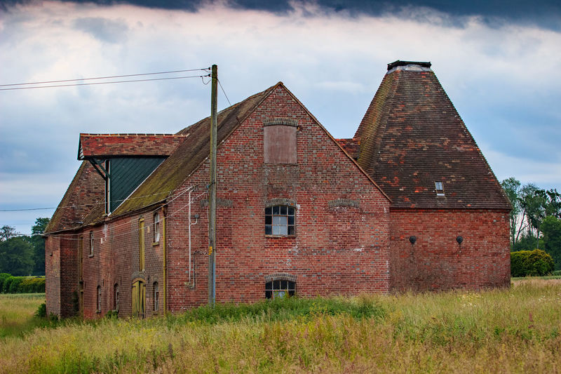 Oast House, Garden Of England, Kent, England. Architecture Sky Built Structure Nature No People Plant Hops Beer Brewing Iconic Buildings Vivid International Getty Images EyeEm Gallery Travel Destinations Tourism Sunrise Countryside Rural Scene History Cloud - Sky Grass Building Exterior Old Field Abandoned Land Day Building Landscape The Past Run-down Obsolete Deterioration Outdoors