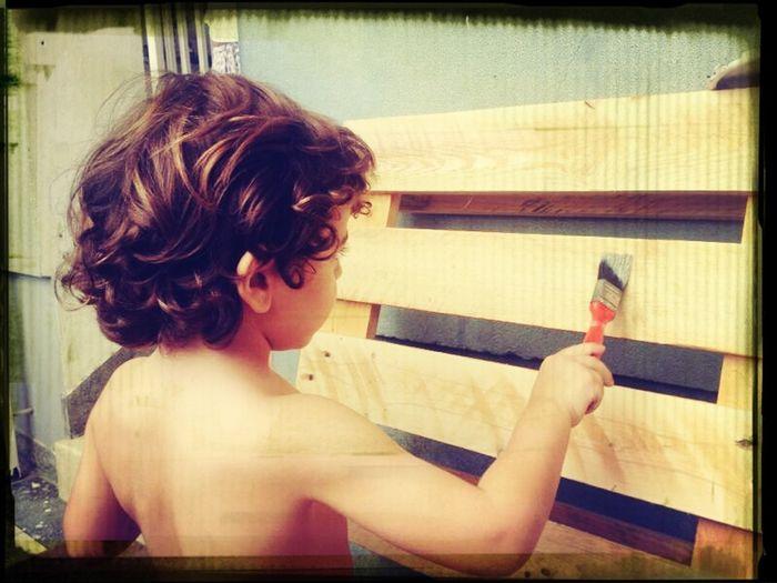 Henrique a colaborar na pintura da sua futura cama ;)