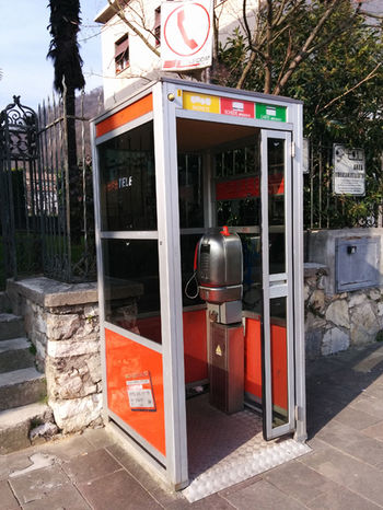 Indietro nel tempo. Cabin Day Lieblingsteil Once Upon A Time Outdoors Phone Booth Telephone Booth Wire