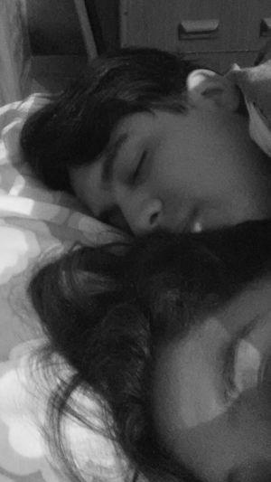 ¡Cuanto amor hay en tus brazos! Cuanta paz me das...💓💝 Sleeping Boyfriend❤ Love ♥ Amorincondicional Paz ✌ Regalo Especial Abrazos Y Lugares Relaxation Pink Color