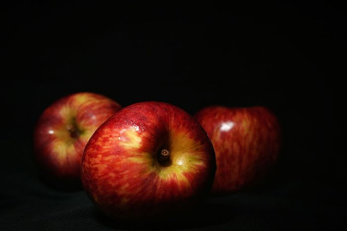Lieblingsteil Black Background Healthy Eating Food And Drink Studio Shot Fruit Apples Apple - Fruit Darkness And Light Dark Photography Mexico Enjoy The New Normal EyeEmNewHere Capture The Moment Nightphotography Macro Photography Manzanas Freshness Red Food Sexyapple Indoors  EyeEm Selects Neon Life Sexyfruit Mix Yourself A Good Time The Week On EyeEm Gridlove The Creative - 2018 EyeEm Awards