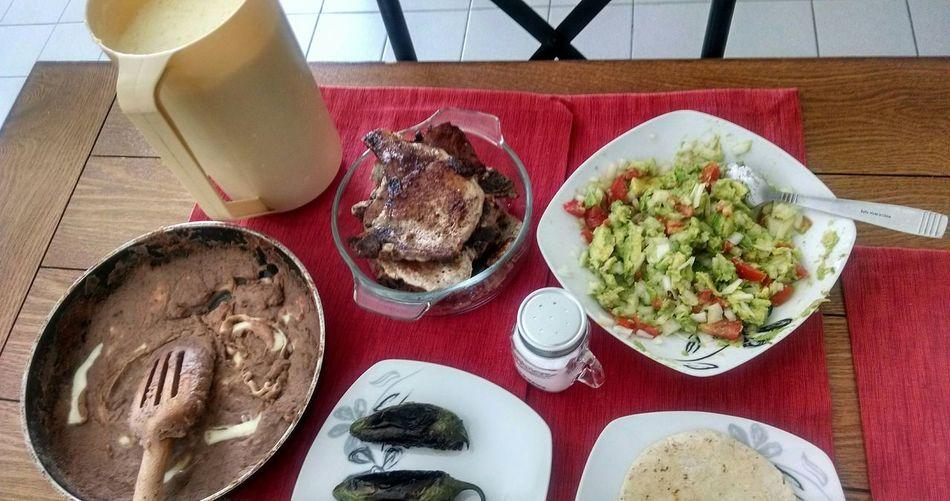 de todo un poco en el depa.. Chuletadepuerco Aguadepiña Frijolitosrefritos Chiletoriado Tortilla Guacamole Sabadofamiliar 🍴🍷 Isaac y Yo:)