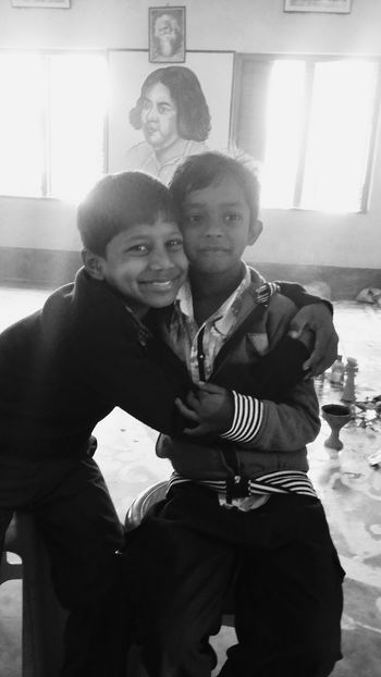 Smiling Bonding Togetherness Happiness Cheerful Indoors  Friendship Black And White Photography Portrait Portrait Of Friendship Portrait Of Friends
