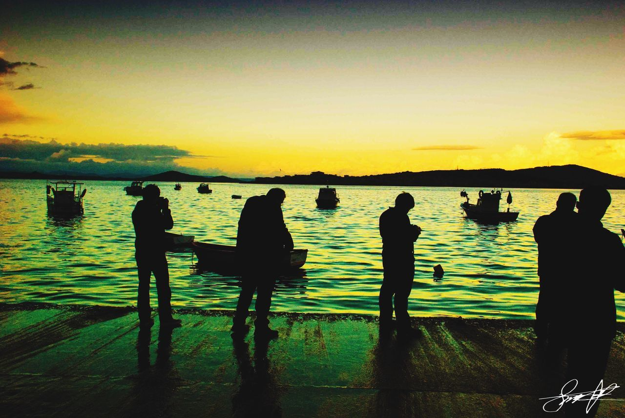 silhouette, sunset, water, real people, leisure activity, nature, men, lifestyles, standing, scenics, sky, women, beauty in nature, togetherness, medium group of people, lake, outdoors, tranquility, full length, vacations, group of people, friendship, day, people