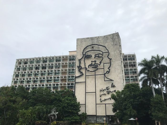 Che Guevarra Che Guevara Mural Built Structure Sky Architecture Plant Tree Building Exterior Low Angle View No People Creativity Art And Craft History