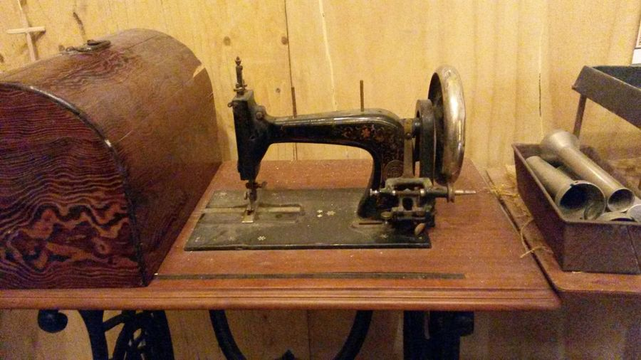 Old sewing machine Singer  Sew Sewing Singer Sewing Singer Sewing Machine Hand Manufacturing Manufacture Handmade Wood Wooden Manufacturing Equipment Sewing Machine Old-fashioned Close-up Wooden Vintage Machine Retro