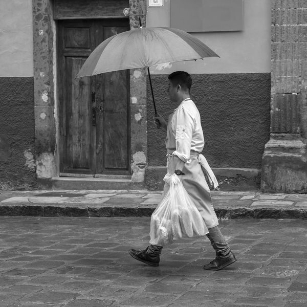 entregando el pan Black & White Blanco Y Negro, Bread Calle, One Person Outdoors Streetphotography_bw Waking
