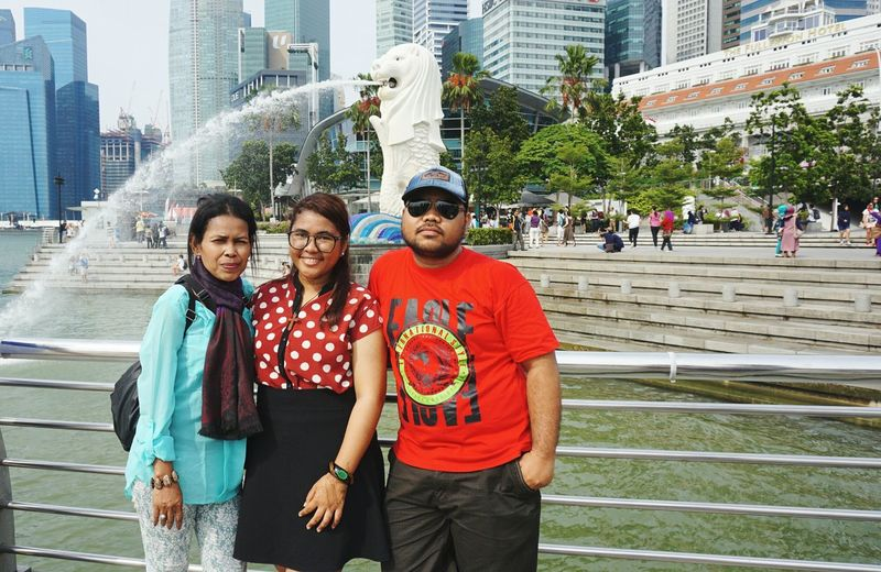 Merlion Park, Singapore. Holiday Brother Mother & Daughter Hi! Happy :) Love It Cheese! Hello World Enjoying Life Taking Photos