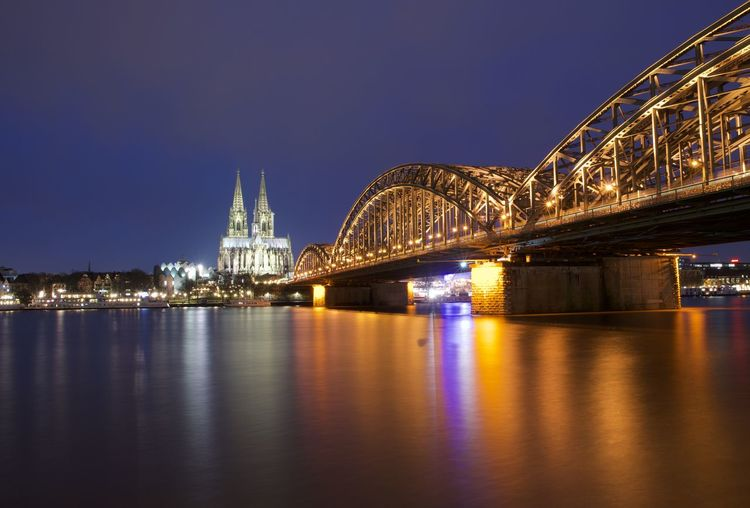 Kölner Dom und Hohenzollernbrücke während der Blauen Stunde Architecture Blue Hour Cologne Köln Kölner Dom NRW Nikon D5100  Rhein Rheinufer Architecture Blaue Stunde Blue Hour Cityscape Cityscape Cologne Cathedral Connection Hohenzollernbrücke Illuminated Longexposure Night Nikonphotography No People Reflection Urban Skyline Urbanphotography Waterfront