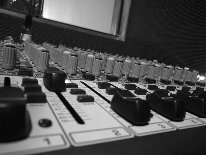 Día de grabación Friends Music Vida EyeEm Indoors  Sound Mixer Sound Recording Equipment Archival Control Panel Musical Instrument Day First Eyeem Photo HuaweiP9