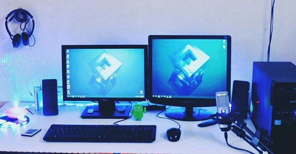 Desk Setup 2k15 :_; Looks awesome..right? Desk Youtuber Youtube Desksetup Blogger Bloggerstyle